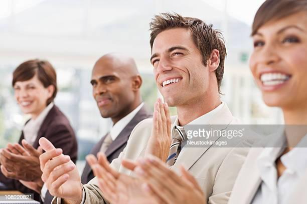 Feliz de empresários bater palmas das mãos