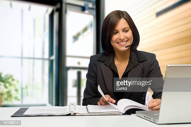 Heureuse Femme d'affaires dans le bureau