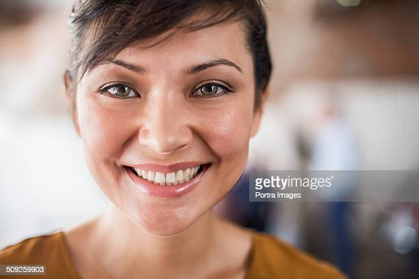 happy businesswoman in creative office - close up - fotografias e filmes do acervo