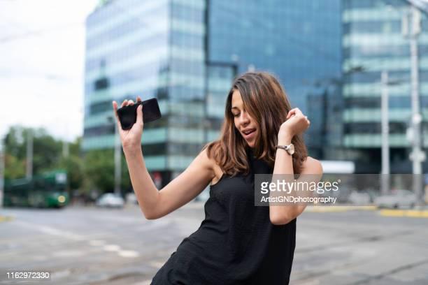 glückliche geschäftsfrau auf der straße. - businesswear stock-fotos und bilder
