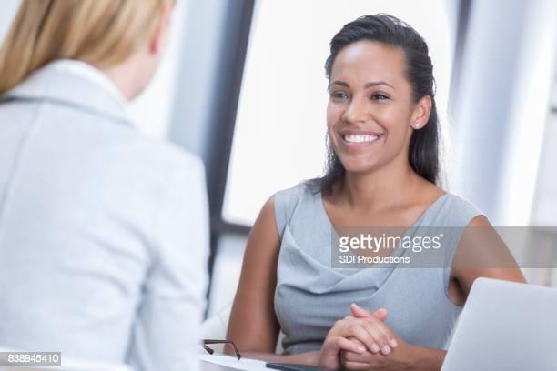 Heureux, femme d'affaires s'entretient avec le collègue
