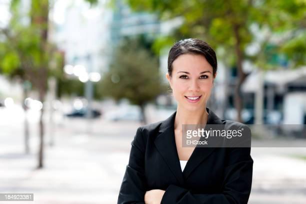 Zufrieden Geschäftsfrau mit Arme verschränkt