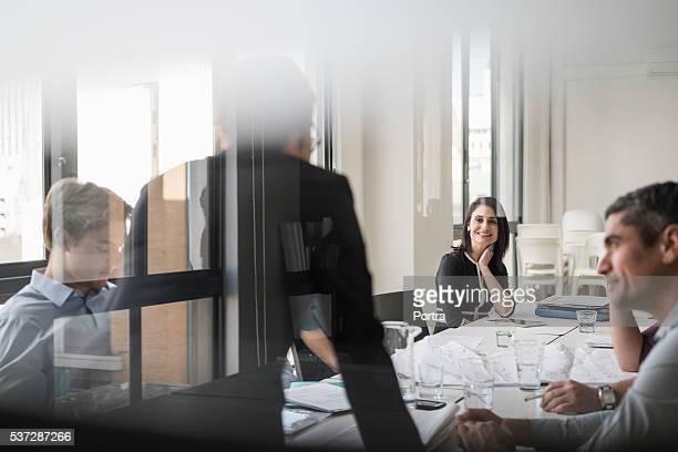 Glücklich Geschäftsfrau mit Kollegen im Meetingraum
