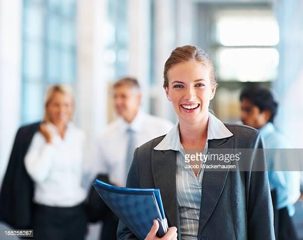 Zufrieden Geschäftsfrau mit Kollegen im Hintergrund