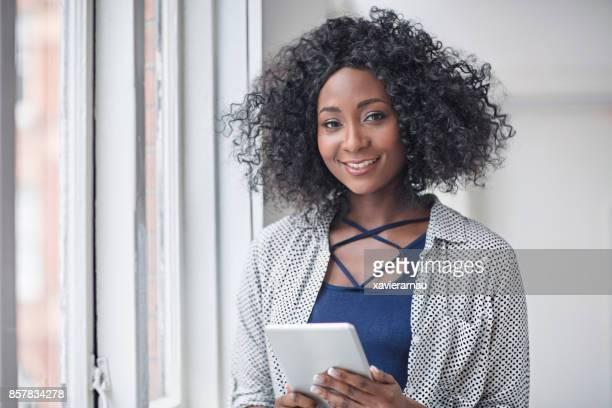 empresária feliz com tablet digital no escritório - cabelo curto comprimento de cabelo - fotografias e filmes do acervo