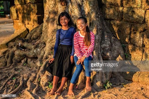 幸せなカンボジアの女の子に近いシェムリ アップ、カンボジア