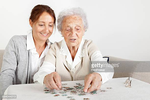Soin Infirmier heureux jeu de puzzle avec femme senior