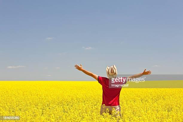 hombre feliz en la pradera - ancho fotografías e imágenes de stock
