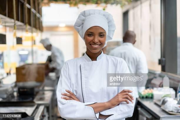 cozinheiro chefe feliz que trabalha em uma cozinha em um restaurante - comida e bebida - fotografias e filmes do acervo