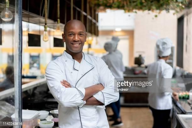 cozinheiro chefe feliz que trabalha em uma cozinha em um restaurante - chef - fotografias e filmes do acervo