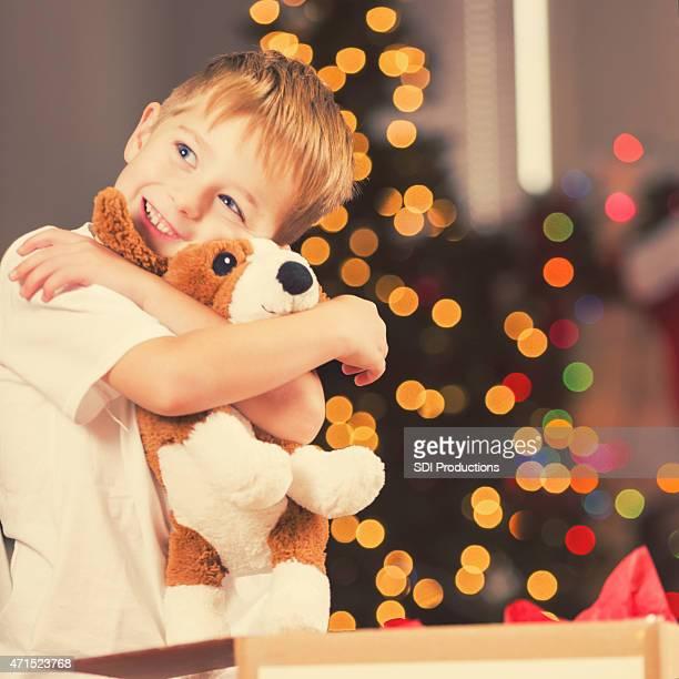 Felice bambino abbracciare Animale imbalsamato ha ricevuto in regalo di Natale