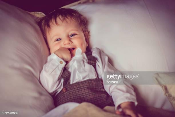 criança feliz na cama - chupando dedo - fotografias e filmes do acervo