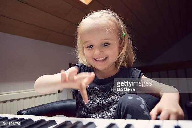 happy child (3-4) playing piano - klaverin och tangentinstrument bildbanksfoton och bilder