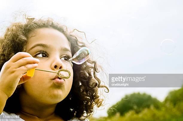 幸せな子供(5 ~6 )が、泡アーム付き