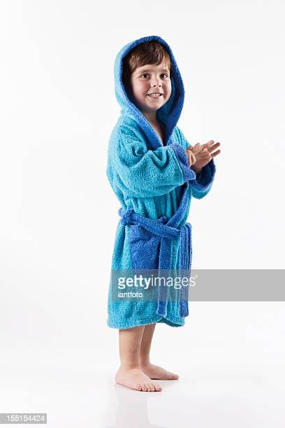 criança feliz, com roupão de banho. - bebês meninos - fotografias e filmes do acervo