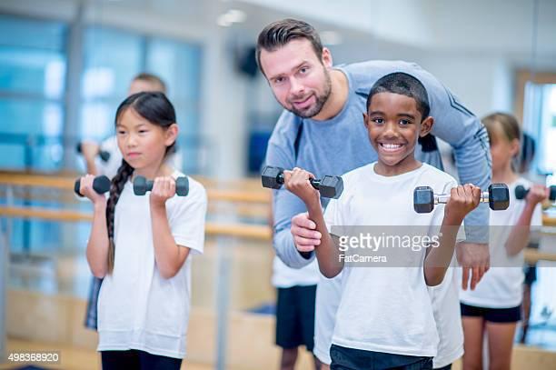 Feliz niños en clase de PE