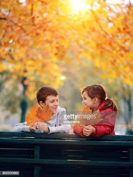 Gelukkige kinderen in de herfst park