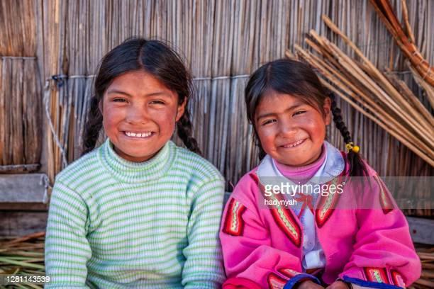 ペルー、ティティカカ湖、ウロス浮遊島の幸せな子供たち - quechua people ストックフォトと画像