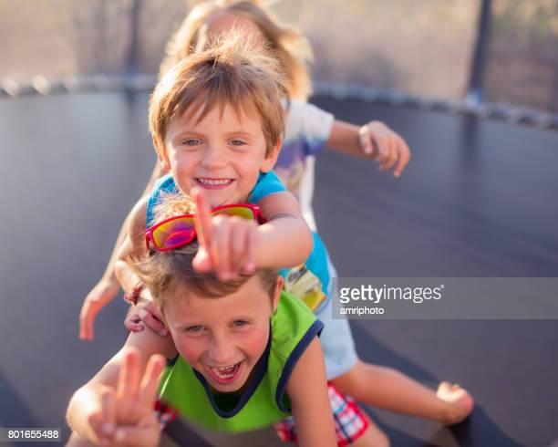 glückliche Kinder draußen spielen