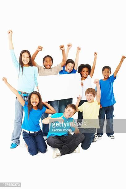 Glückliche Kinder mit Händen hoch hält ein Whiteboard