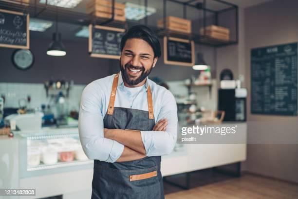 glücklicher café-besitzer - geschäftsinhaber stock-fotos und bilder