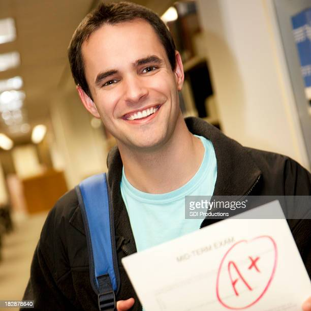Glücklich College-Studenten, die eine Prüfung Papier