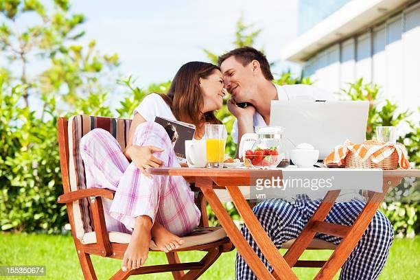 Feliz pareja en el desayuno