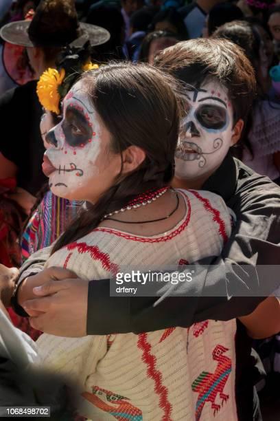 Couple heureux au Día de los Muertos Festival à Oaxaca