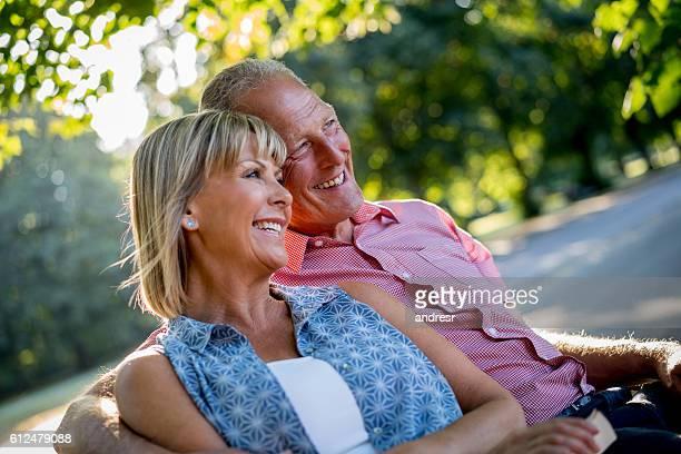 Glückliches Paar im park