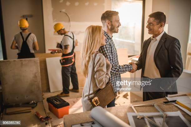 Gelukkige paar kwam tot een overeenkomst met de bouw van de aannemer.