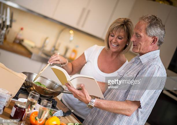 couple heureux ensemble de cuisine