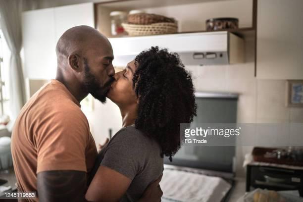 gelukkig paar dat bij keuken danst - gewalt stockfoto's en -beelden