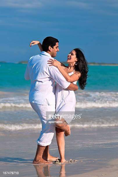 Glückliches Paar Tanzen am Strand
