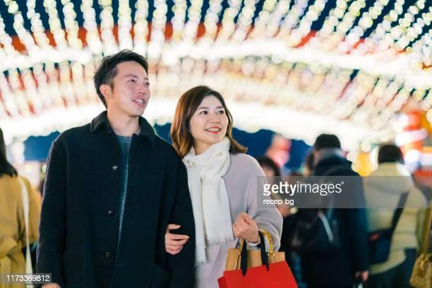 夜にデートする幸せなカップル - romance ストックフォトと画像