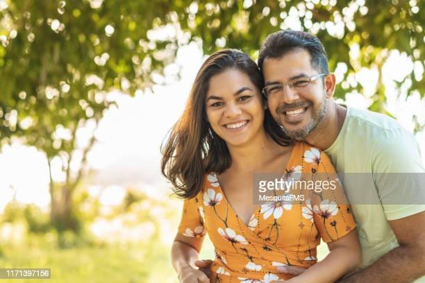 gelukkige paar dating buitenshuis - heteroseksueel koppel stockfoto's en -beelden