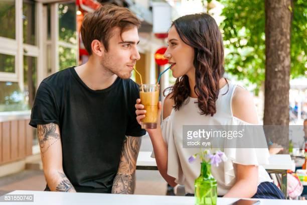 幸せなカップル 1 つのカップで飲む