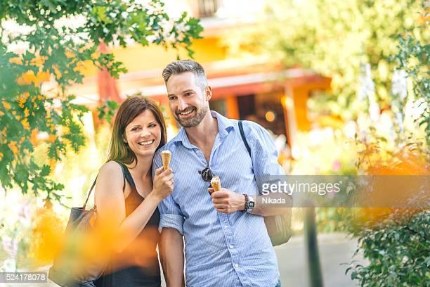 Glückliches Paar Essen Eiscreme in der Stadt