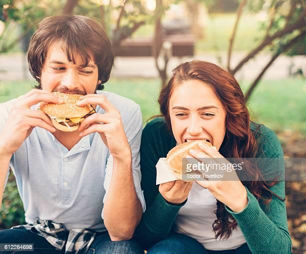 couple heureux manger