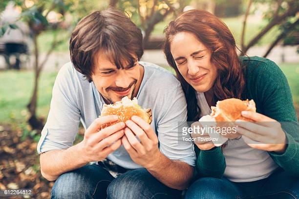 Coppia felice di mangiare