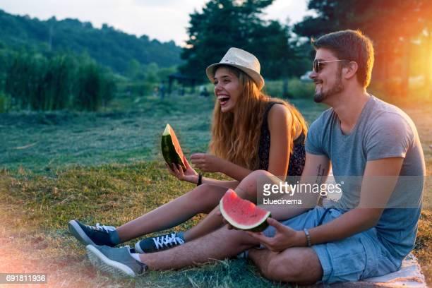 Glückliches Paar Wassermelone essen