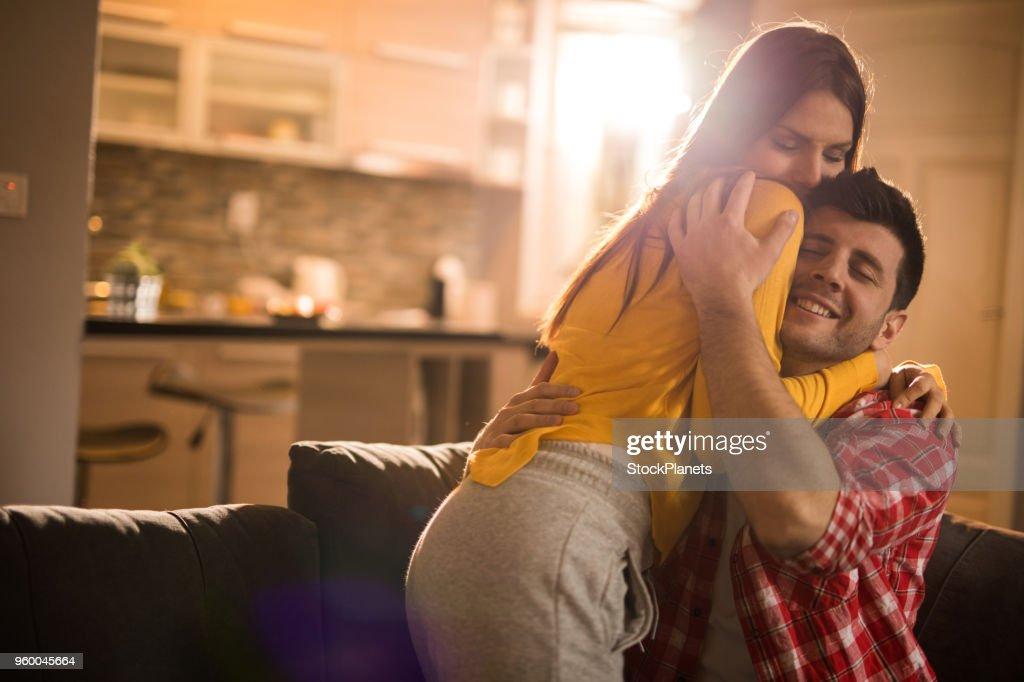Glückliches Paar in der sonnige Morgen umarmen : Stock-Foto