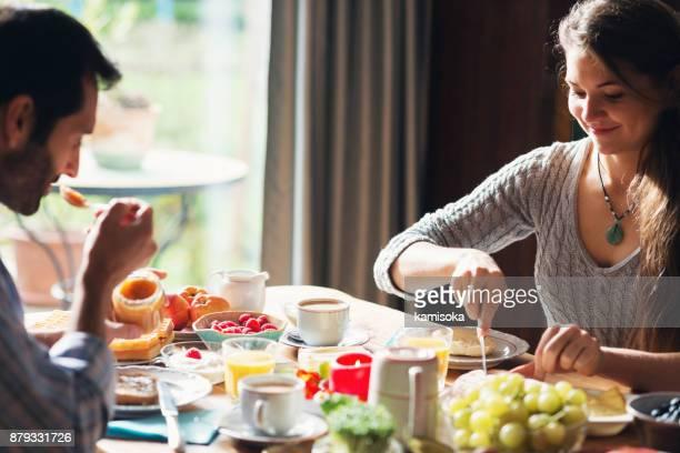 Glückliches Paar frühstücken