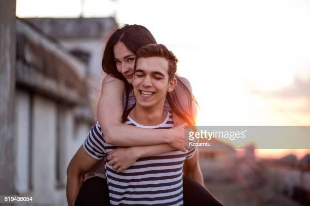 Glückliches Paar genießen Sommer auf Dach