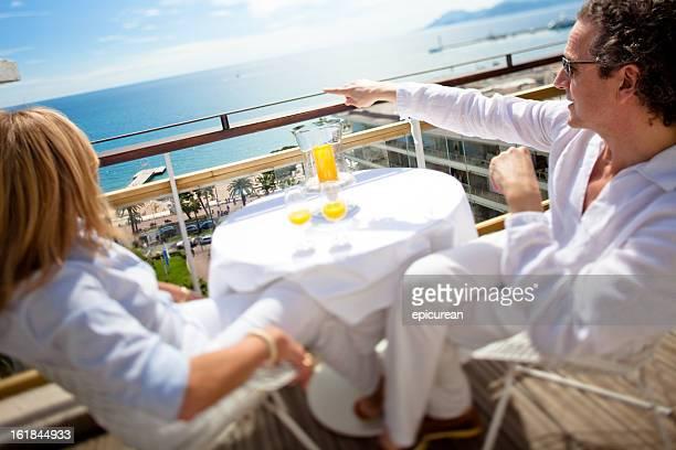 couple heureux, profitant de la vue depuis un balcon de la suite penthouse - côte d'azur photos et images de collection