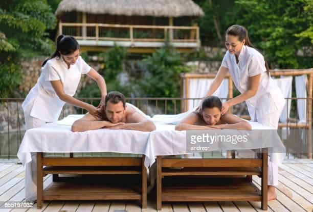 obtenir un massage du dos au spa l'heureux couple - massage couple photos et images de collection