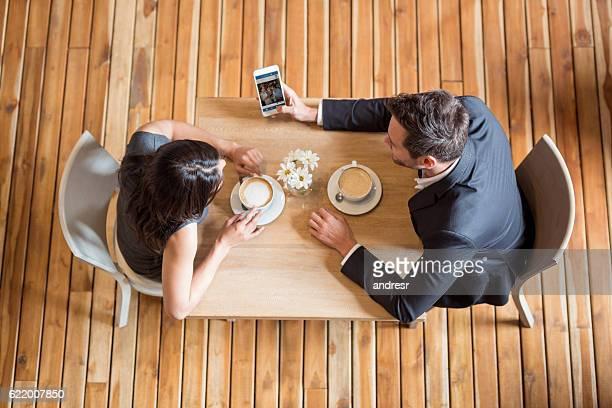 Heureux couple ayant une tasse de café
