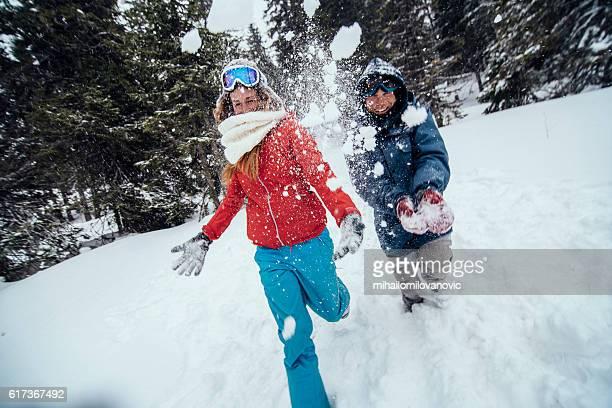Glückliches Paar Spaß im Schnee