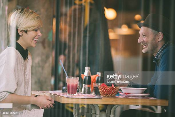 Heureux couple ayant un déjeuner au restaurant