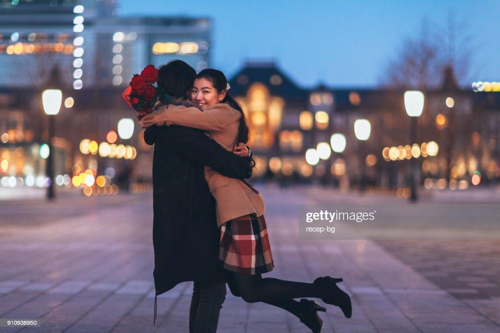 幸せなカップルがお互いをハグ : ストックフォト