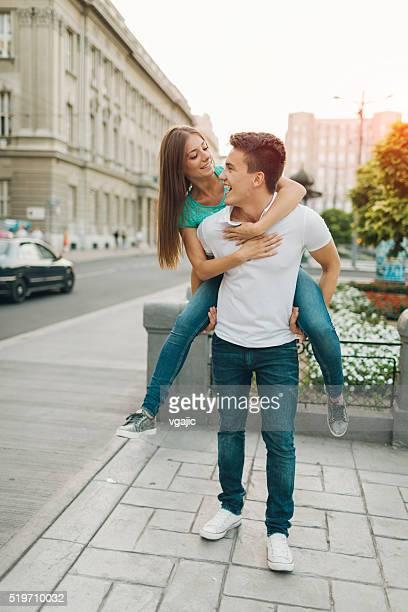 couple heureux dans une ville